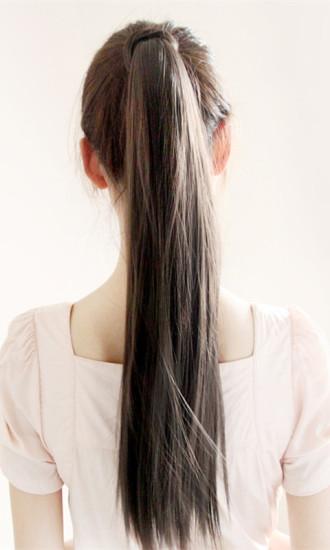 可爱女孩扎马尾辫